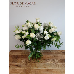 Ramo con 22 Rosas Blancas y Lisianthus Blancos Zóbel