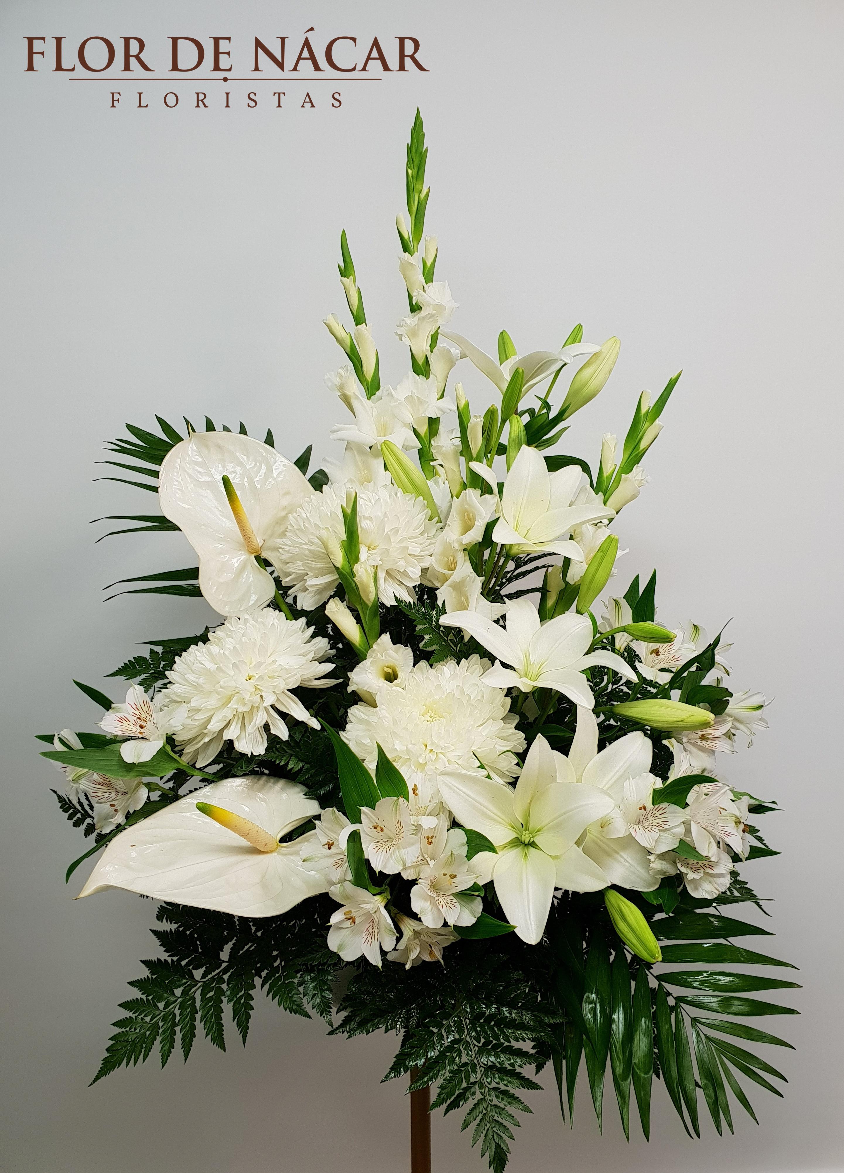 Centro De Flores Blancas Bruma Para Difuntos En Cuenca